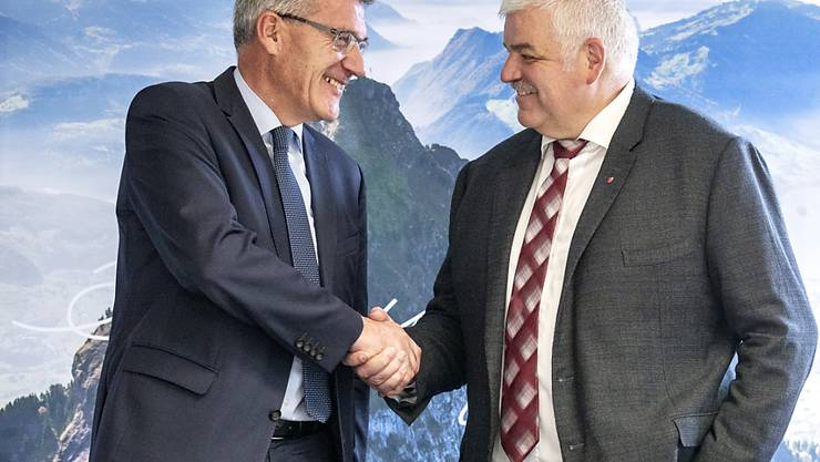 Der unterlegene Kandidat, SVP-Nationalrat Pirmin Schwander (links), gratuliert dem Schwyzer Baudirektor Othmar Reichmuth zur Wahl in den Ständerat.