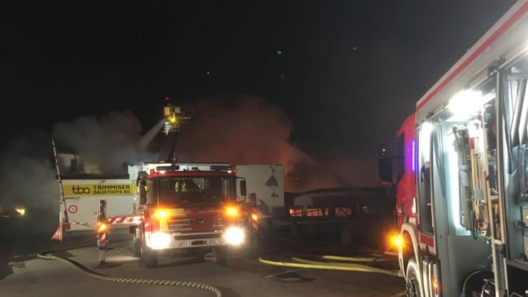 65 Feuerwehrleute waren gegen den Hausbrand in Noirmont im Einsatz. (Symbolbild)