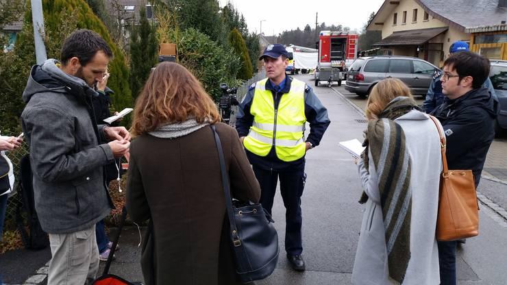 Roland Pfister, Medienchef der Kantonspolizei Aargau, informiert Medienschaffende nach der Tat.