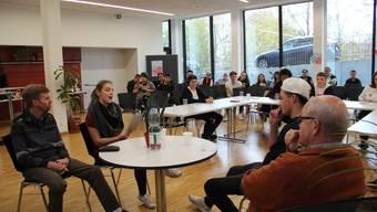 Die Jugendlichen lernten zu debattieren, während Politiker Thomas Burkard (Einwohnerrat Grüne, links) und Andrea Duschén (Einwohnerratspräsident, rechts) ihnen weiterhalfen, wenn ihnen die Argumente ausgingen. Fazit: Gegen etwas zu sein, ist viel einfacher, als es mit Argumenten aufzubauen.