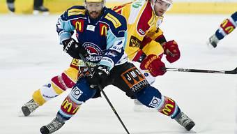 Der Laker Robbie Earl (links) gegen Langnaus Christian Moser