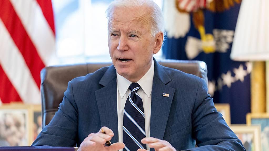 Joe Biden, Präsident der USA, sitzt an seinem Schreibtisch im Oval Office.