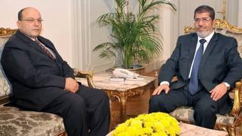 Talaat Ibrahim Abdullah (l) vor vier Wochen bei seiner Ernennung durch Präsident Mursi (r)