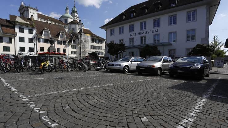 Auf dem Klosterplatz in Solothurn darf weiterhin parkiert werden.
