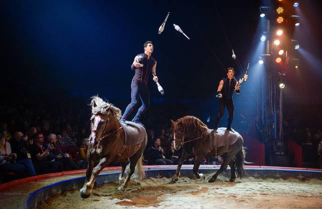 Die Brüder Charles und Alexandre Gruss jonglieren in bekannter Manier - auf ihren Pferden stehend.