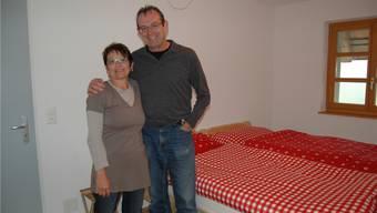 Ellen und Beat Walker in einem ihrer Gästezimmer, welches man für 50 Franken pro Nacht mieten kann.