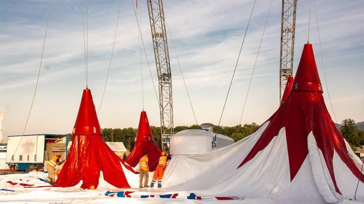 Das neue Zelt wird von den zwei Stahlbögen ausschliesslich von aussen gehalten.