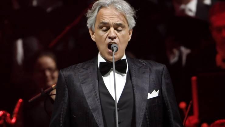 ARCHIV - Der italienische Opernsänger Andrea Bocelli tritt während eines Konzerts auf der Bühne auf. Bocelli hatte eine Infektion mit dem Coronavirus. Er sei im März positiv getestet worden, habe aber kaum Symptome gehabt, sagte der 61-Jährige laut Nachrichtenagentur Ansa am Dienstag in Pisa. Foto: Markku Ulander/Lehtikuva/dpa