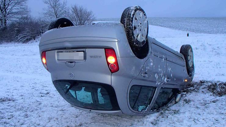 Eine 55-jährige Fricktalerin kam von der schneebedeckten Strasse ab und verursachte einen Selbstunfall.