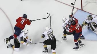 Der Russe Alexander Owetschkin (8) erzielt den wegweisenden Führungstreffer für die Washington Capitals im Heimspiel gegen die Vegas Golden Knights