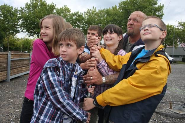 Gölä baut mit Wettinger Schülern «Das Zelt» auf