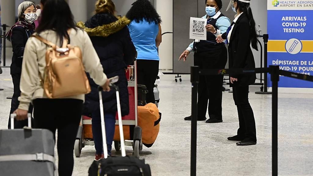 ARCHIV - Reisende kommen im Terminal 3 des Pearson Airport in Toronto an. Foto: Frank Gunn/The Canadian Press via ZUMA/dpa