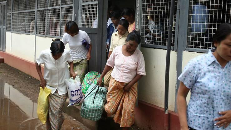 Häftlinge verlassen ein Gefängnis in Rangun in Myanmar. (Archivbild)
