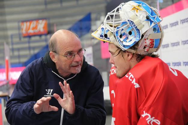 Goalie-Trainer Marcel Kull mit einem seiner Schützlinge,