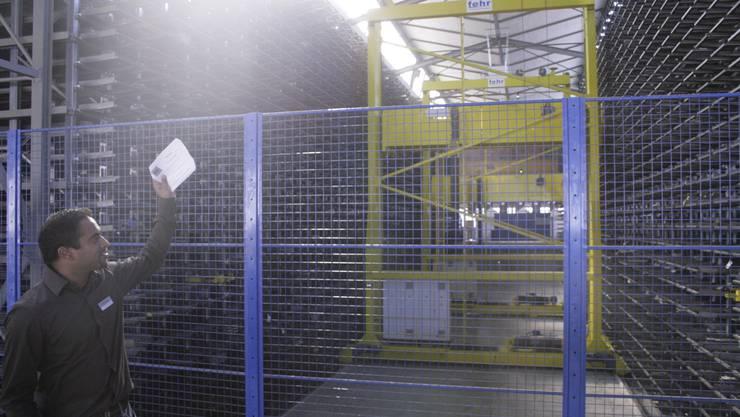 Der Verkäufer Roman Oberholzer erklärt ein Glied der Produktionskette der Pestalozzi AG