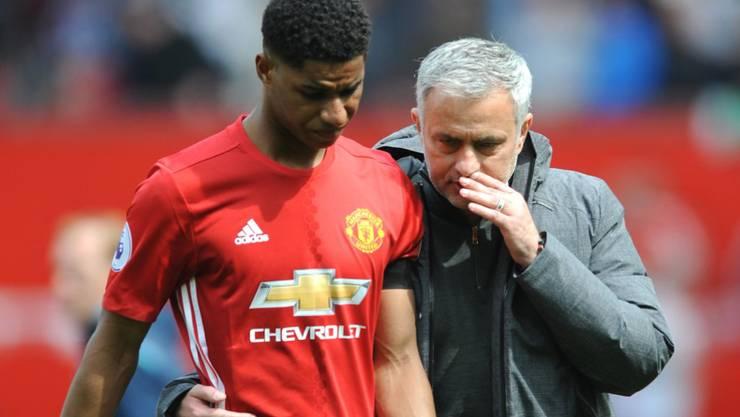 Manchester-United-Trainer Jose Mourinho bespricht mit Marcus Rashford die Taktik im Europa-League-Halbfinal gegen Celta Vigo