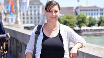 Kerstin Wenk steht auf der Mittleren Brücke in ihrer Heimatstadt Basel.