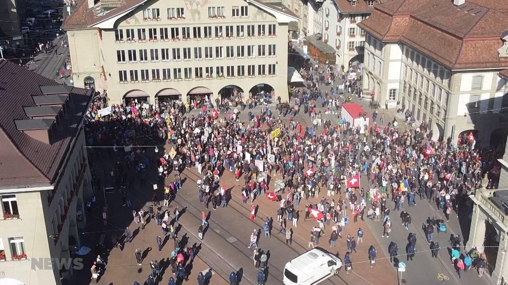 Mega Demonstrations-Samstag in Bern: Zehntausende Massnahmen-Kritiker und ihre Gegner demonstrieren zeitgleich