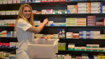 Eine Pharmaassistentin räumt in der Apotheke Süssbach das Regal ein.