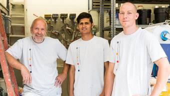 Zahid (Mitte) absolviert seine Lehre im Malergeschäft von Andreas Hoffmann (l.). Pascal Bühler, Vorarbeiter und Berufsbildner, unterstützt den Afghanen.