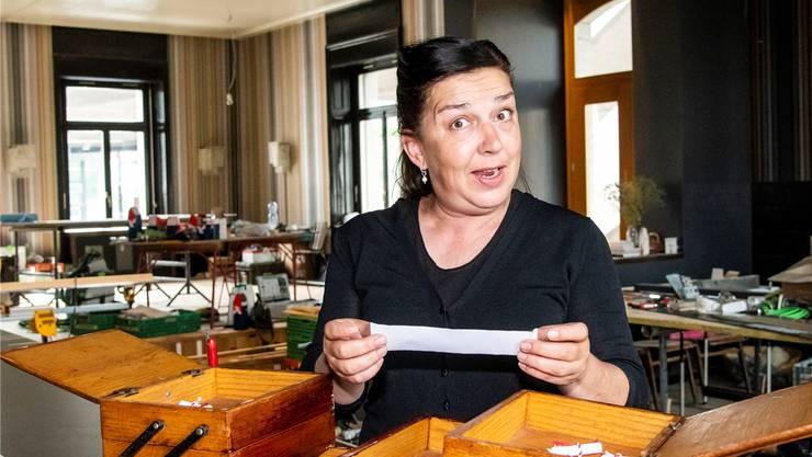 Cécile Grieder und das Nähkästchen inmitten der Umbauarbeiten des Restaurants «Perron»im Bahnhof St. Johann. In zwei Wochen wird die Bar eröffnet, in vier Wochen das Restaurant.