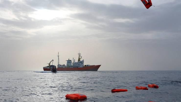"""Das Schiff """"Aquarius"""" der Hilfsorganisation Ärzte ohne Grenzen MSF am 24. März nahe der libyschen Küste. (Archivbild)"""