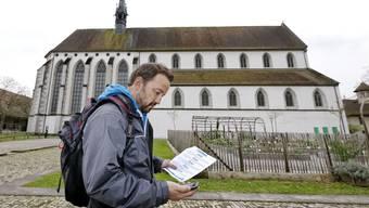 Mit dem Smartphone geht es vor historischer Kulisse – hier die Klosterkirche Königsfelden – auf den Schloss-Foxtrail Wasserschloss. zvg