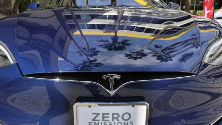 """""""Keine Emissionen"""" - 330 Millionen Dollar Verlust: Elektrohersteller Tesla gerät im ersten Quartal tiefer in die roten Zahlen."""