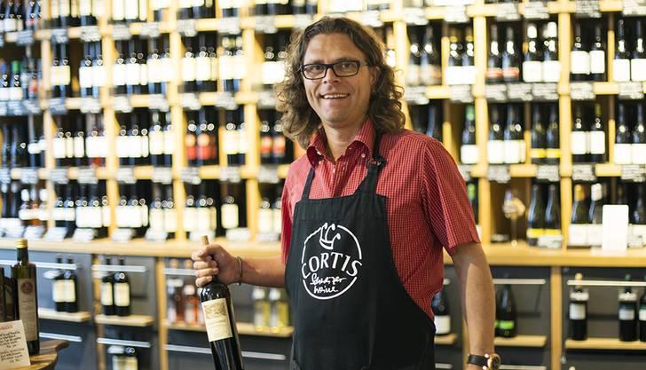Daniel Cortellini betreibt an der Rathausgasse in Baden ein Fachgeschäft für Schweizer Weine. Er ist in Baden aufgewachsen und war während fünf Jahren Präsident der Unteren Altstadt Baden.