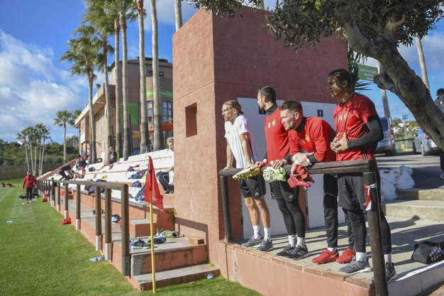 Michael Lang, Mirko Salvi, Tomas Vaclik und Gion Fadri Chande beobachten das Training auf einem Nebenplatz.