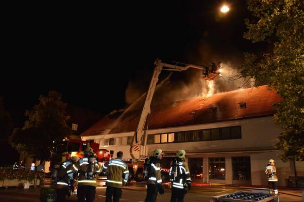 Die Feuerwehren Metzerlen-Mariastein, Rodersdorf und Reinach konnten den Brand unter Kontrolle bringen. Sechs Personen mussten zur Kontrolle ins Spital.
