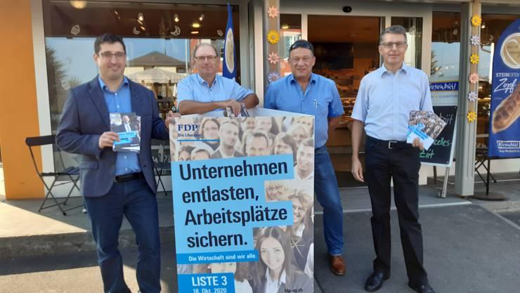 FDP-Grossratskandidaten Stefan Huwyler, Jörg Ilg, Alexander Eigensatz und Tobias Knecht (v.l.n.r.) bei der Standaktion bei der Bäckerei Kreyenbühl in Muri.