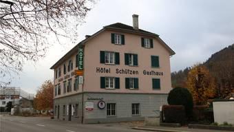 Nach dem Brand des ehemaligen Hotels Schützen plant die Stadt, die Liegenschaft zu erwerben und diese in ein Motel umzuwandeln.