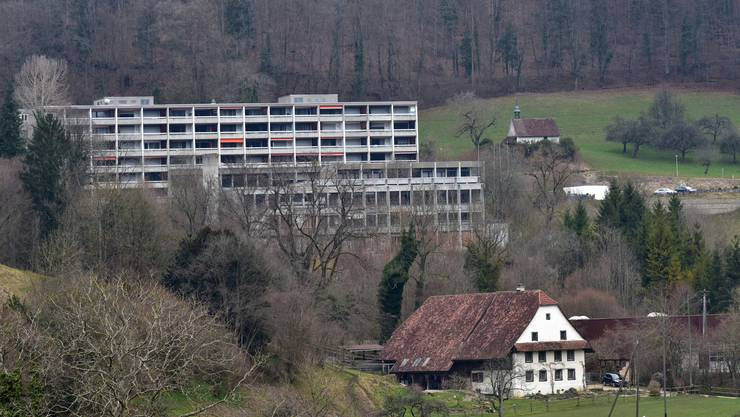 Umgeben von schöner Natur verlottern die Liegenschaften des Thermalbads Lostorf.