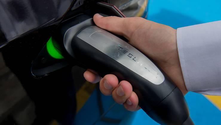Immerhin jedes zehnte neue Auto in der Schweiz läuft nicht mehr nur mit einem Verbrennungsmotor - im Bild ein Autofahrer an der Tesla-Ladestation in Quinto. (Archivbild)