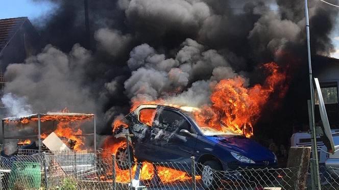 Zwei Personen bei Autobrand schwer verletzt