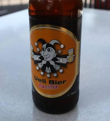 Sommerbier Der Klassiker aus dem Kleinbasel. Das erste Brauereipub Europas lässt seine Flaschenbiere aus Platzgründen inzwischen in Deutschland produzieren. Die Brauerei in der Fischerstube ist aber immer noch aktiv und braut für den Offenausschank. Das Ueli Basilisk ist das neuste Bier, das als Flasche beim Grossverteiler erhältlich ist. Beim ersten Schluck des Naturtrüben fällt auf, wie viel Kohlensäure das Bier hat. Erst beim Abgang kommt der überaus süsse Karamell-Geschmack zum Tragen, der von einem beerig zarten Honigunterton begleitet wird. Keine Spur von Bitterkeit, vielmehr ein vollmundiges Sommerbier. Die bernsteinfarbene Neuerung aus der Traditionsbrauerei spaltet aber auch die Tester: Süffig sagen die einen, zu süss befinden die anderen. Schmeckt wie ein Bier, das nicht nur Hopfen-Affinen gefallen könnte. Note 5