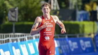 Max Studer aus Kestenholz beisst sich an der Triathlon-WM in Hamburg beim Team Relay ins Ziel.