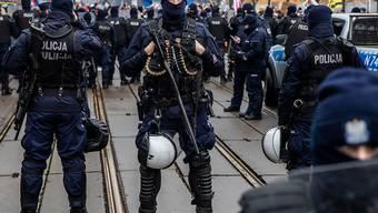 Polizisten in Schutzuniform stehen während einer Demonstration in der Hauptstadt Wache. Foto: Grzegorz Banaszak/ZUMA Wire/dpa