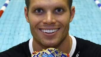Dominik Meichtry präsentiert seine Medaillen-Ausbeute