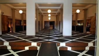 Das Foyer ist neu mit Pannenstreifen verziert. Fotos: heinz Dürrenberger
