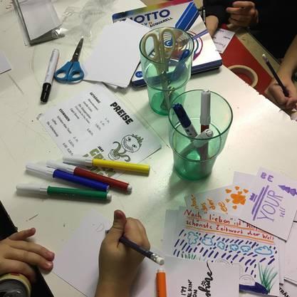 Jugendliche malen kreative Grusskarten für angelforce