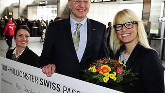 Die 100-millionste Swiss-Passagierin (r.) wird von Geschäftsleitungsmitglied Holger Haetty beglückwünscht