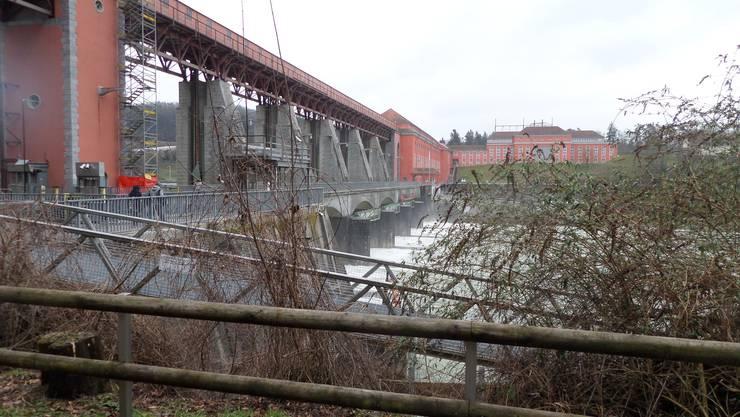 Bei der Wanderung von Rheinsfelden nach Rafz überqueren wir beim Kraftwerk den Fussgängersteg nach Deutschland
