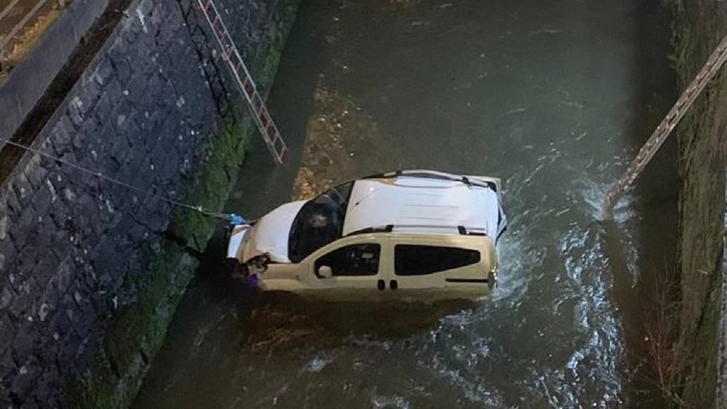 Rüti ZH: Auto stürzt nach Kollision in Fluss