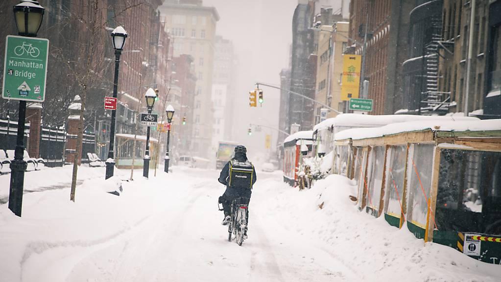 dpatopbilder - Ein Fahrradfahrer, der Lebensmittel ausliefert, fährt mit seinem Fahrrad durch das Viertel Soho. Foto: Robert Bumsted/The Associated Press/AP/dpa