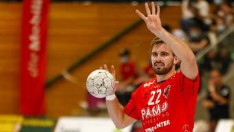 Mit den Fingern zeigt er es an: Sergio Muggli gibt seinen Teamkollegen Spielzüge mit auf den Weg.