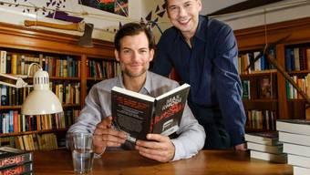 """Sebastian Fitzek (r) ist mit rund 9 Millionen verkauften Büchern der wohl erfolgreichste zeitgenössische deutsche Krimiautor. In der Verfilmung seines Buchs """"Das Joshua-Profil"""" hat er nun erstmals einen kleinen Cameo-Auftritt neben dem Hauptdarsteller Torben Liebrecht (l)."""