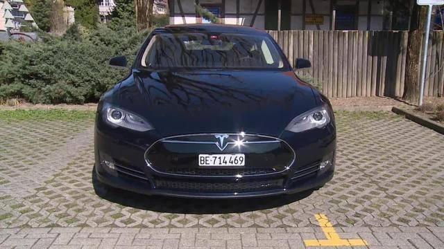 Tesla investiert — Gewinneinbruch Swiss