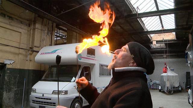 Min Läbensstil — Feuerspuckender Strassenkünstler